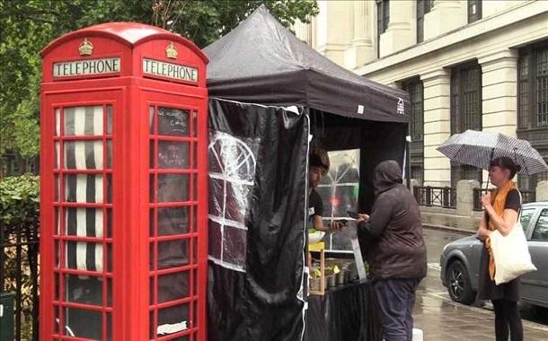 """أكشاك هواتف لندن الحمراء ...... تبيع """"الفلافل""""!"""