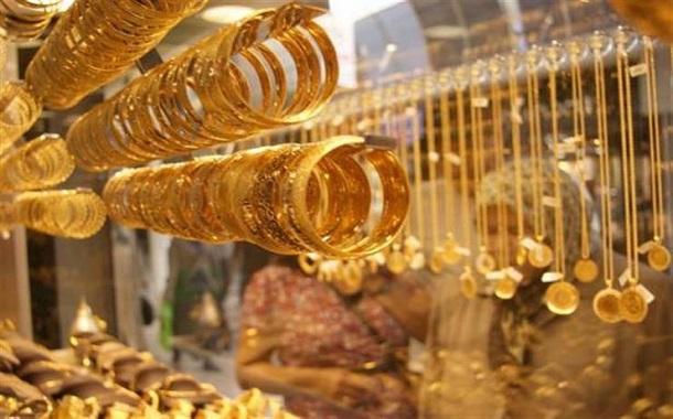 الذهب يتخلى عن مكاسبه مع تماسك الدولار