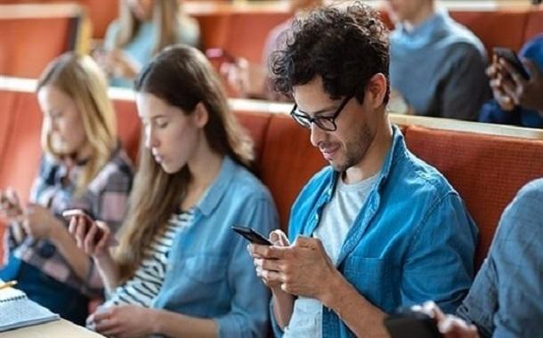 دراسة : الهواتف الذكية قد تسبب الفشل في الدراسة