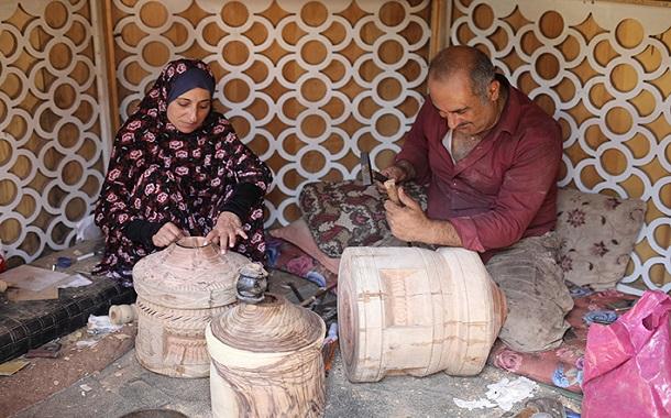 سيدة تعيد إحياء التراث الأردني  من ألواح خشبية - صور