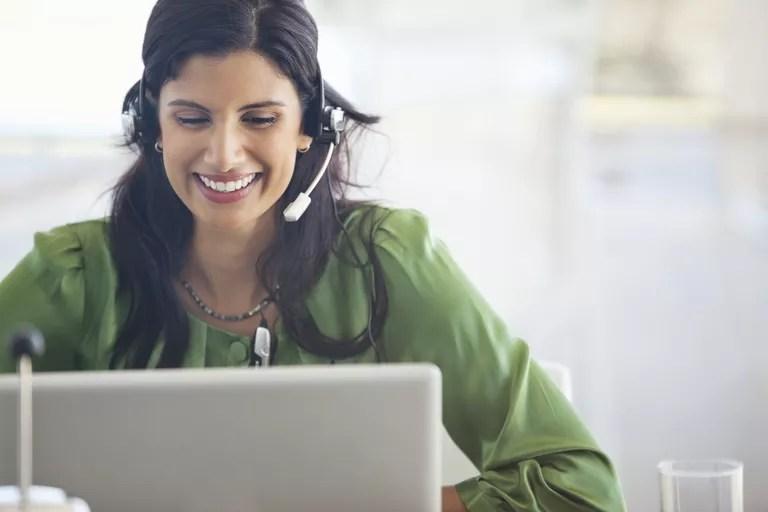 businesswoman wearing headset at desk 175140015 597262bfd963ac0010236f11 1 Online Terapi Hakkında Bilmeniz Gerekenler / online psikolog
