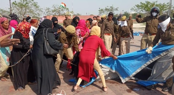 Police attack on women protesting at Lucknow Clock tower