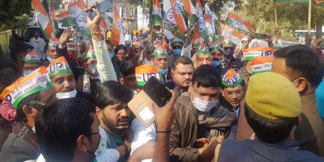 Big Breaking From Mahoba, savage lathicharge on save the Gay Bacao Kisan Bachao Padyatra of Congress,