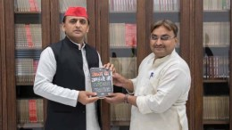 Akhilesh Yadav with prof. Ravi Kant of Lucknow University