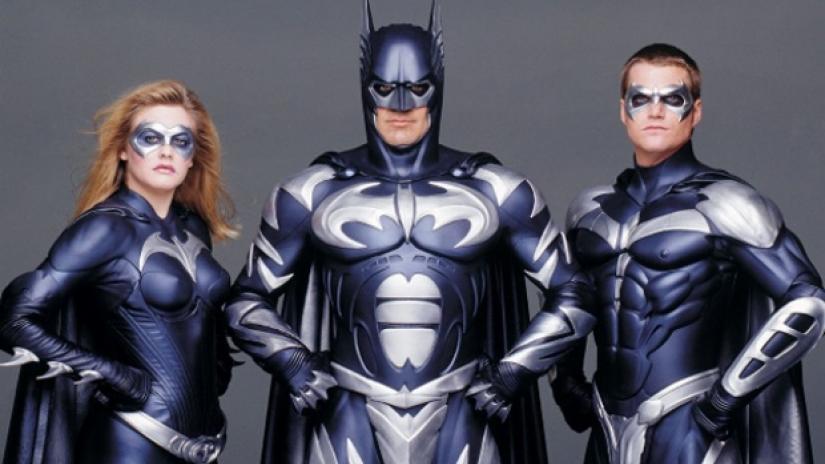 Batgirl (Alicia Sylvestone), Batman (George Clooney) e Robin Chris O'Donell