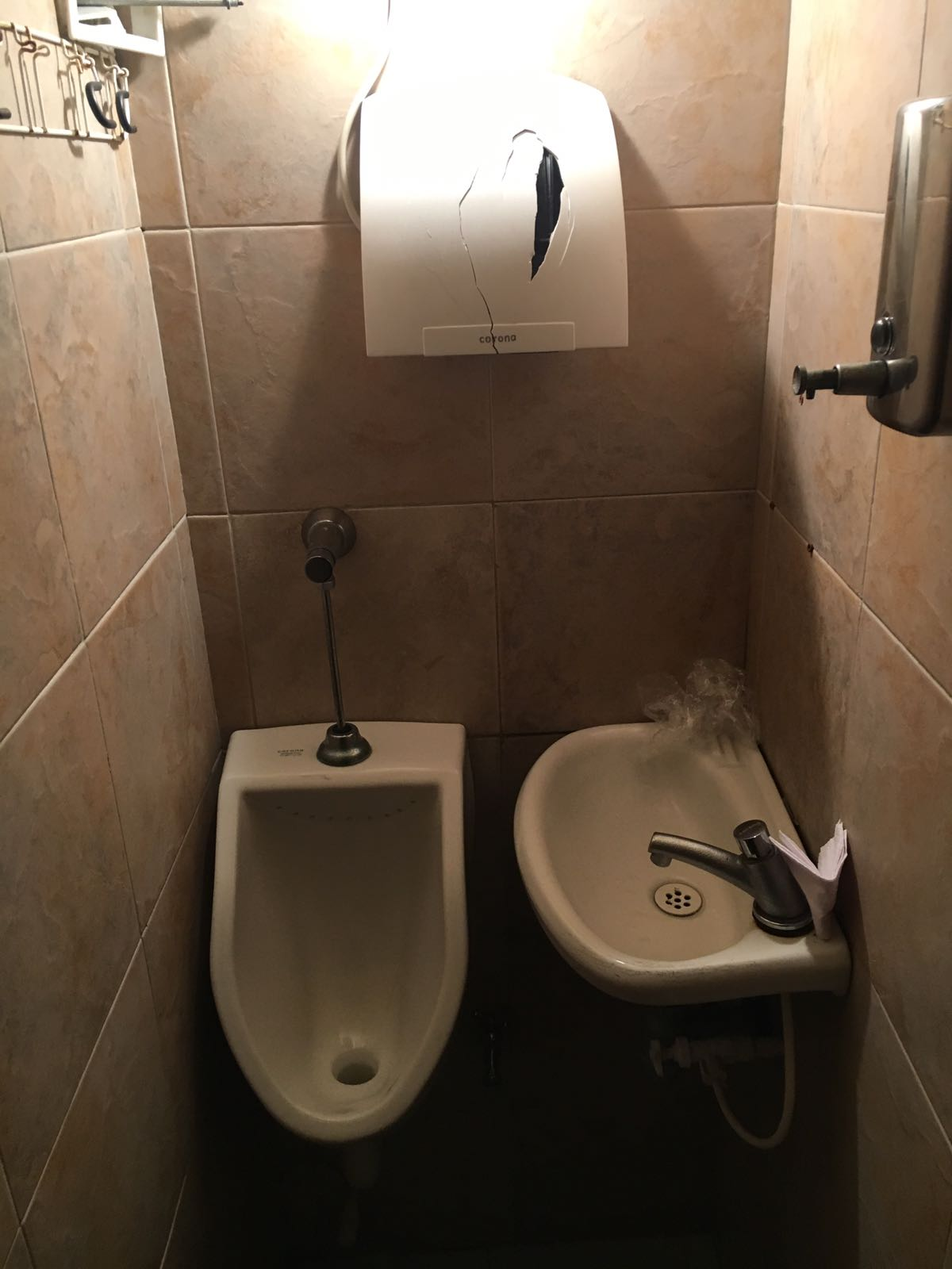 cagando por el mundo, horror de baños, asco de baños. mierda de baños, no te equivoques de lugar