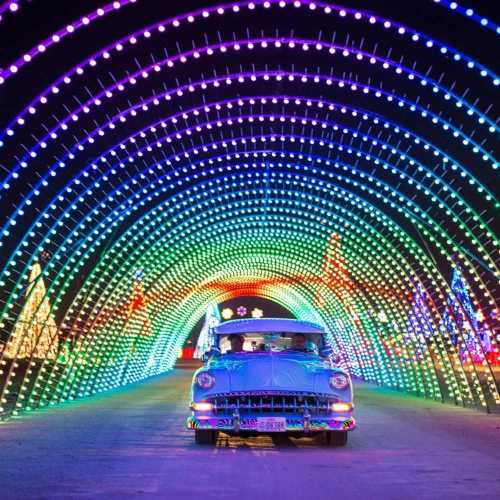 Christmas in Color - Los Angeles - Raging Waters - San Dimas - Drive-Thru Experience, Holiday Guide 2020