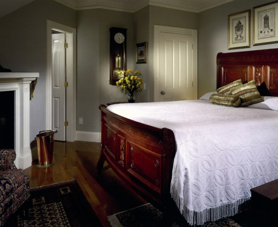 A guest room at the Crowne Pointe Inn. Image courtesy Crowne Pointe and Cape Cod Chamber of Commerce.