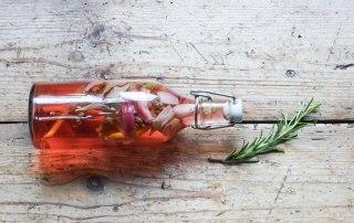 Hexenessig aromatisiert mit Kräutern