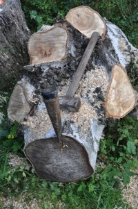Holz fr den Kamin? Aber erst sgen, hacken und Holz ...