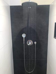 Ebenerdige Dusche mit Regenhimmel