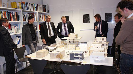 Projektsitzung Green Concept - Studenten präsentieren der Geschäftsleitung von OKAL ihre Ideen für das Haus der Zukunft