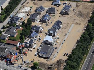 Noch wird an allen Häusern kräftig gebaut, aber in rund 6 Wochen ist bereits Eröffnung und dann werden die Häuser fertig sein. Das ist einer der Vorteile des Fertighaus-Konzepts. (Foto: BDF/Peter Sondermann)