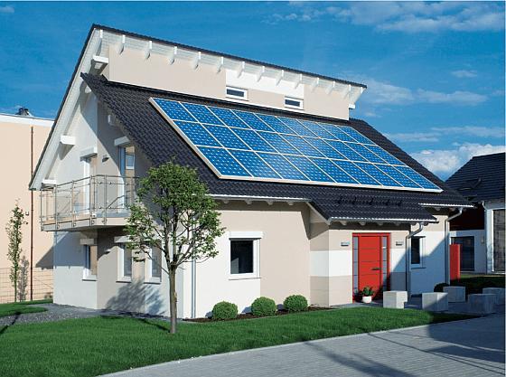 """Die Photovoltaik-Anlage auf dem Dach in Verbindung mit sehr guter Dämmung und Lüftungsheitzung oder Wärmepumpe macht bewi diesem Fertighaus von Schwabenhaus den Unterschied aus, der das Haus zu einem förderungswürdigen Plus-Energie-Haus (Effizienzhaus Plus) macht. Dieses Haus erzeugt dann mehr Energie, als es verbraucht. Mit dem Überschuß kann man entweder ein Elektroauto """"auftanken"""", oder den Überschuß ins Netz einspeisen. (Foto: Schwabenhaus)"""