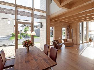 Sichtbares Holz im Haus schafft gefühlte Wärme und ein gutes Raumklima. (Foto: BDF/Stommel)
