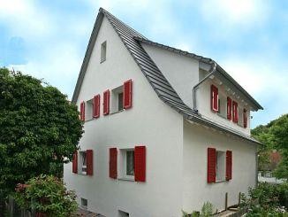 Rundum gut mit einer Hochleistungsdämmung eingepackt, wird auch ein älteres Einfamilienhaus zum Energiesparmeister. (Foto: djd/puren)