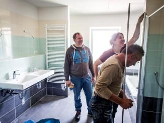 Ein großzügig geschnittenes Bad mit bodenebener Dusche bietet Komfort in jedem Lebensalter und erleichtert die Benutzung, wenn körperliche Einschränkungen auftreten. (Foto: djd/Bauherren-Schutzbund)