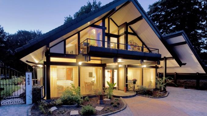Die großzügigen Glasflächen und die tragende Holzstruktur geben dem Eigenheim eine individuelle Optik. (Foto: djd/flock-haus)