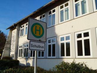 Hier fährt schon lange kein Schulbus mehr. Ehemalige Grundschulen stehen in ganz Deutschland zum Verkauf. Inklusion und geburtenschwache Jahrgänge haben zur Schließung von vielen Grundschulen in Dörfern geführt. (Foto: Markus Burgdorf)