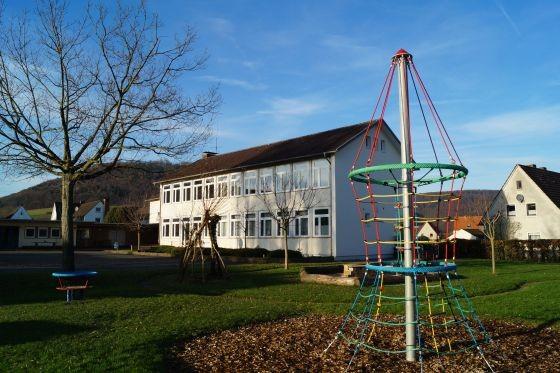 Spielgeräte auf dem Schulgrundstück sind praktisch, wenn man eigene Kinder hat. Wenn aber die Kinder aus dem Dorf auch dort spielen, birgt das die Gefahr der Haftung für die neuen Eigentümer. (Foto: Markus Burgdorf)
