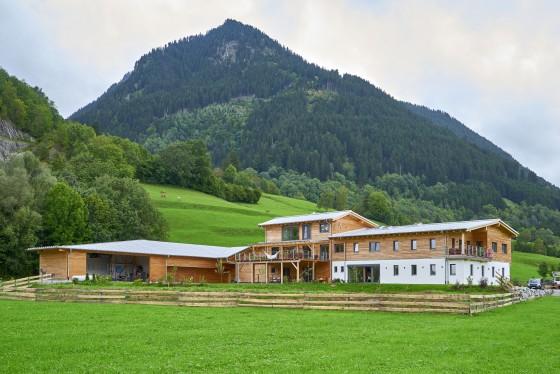 Individuell geplant und im regionaltypischen Hausstil mit vielen sichtbaren Holzelementen umgesetzt, gehen Wohnen und Arbeiten bei diesem Gebäude von Sonnleitner Holzhausbau harmonisch ineinander über. (Foto: BDF/Sonnleitner Holzhausbau)