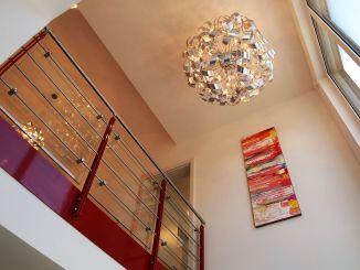 Raumgefühl: Die offene Galerie, die durch die Gaube mit Flachdach möglich wird, erlaubt wahre Größe. (Foto: Markus Burgdorf)