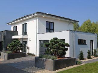 Das OKAL Musterhaus in Schkeuditz ist eine moderne Stadtvilla, die ihren Strom größtenteils selbst produziert und darüber auch die Heizung betreibt. (Foto: Markus Burgdorf)