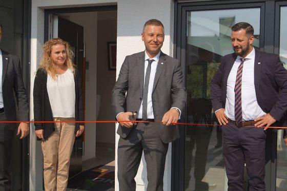 OKAL Gebietsverkaufsleiter Frank Weigelt eröffnete das Musterhaus in Schkeuditz für Besucher. (Foto: Markus Burgdorf)