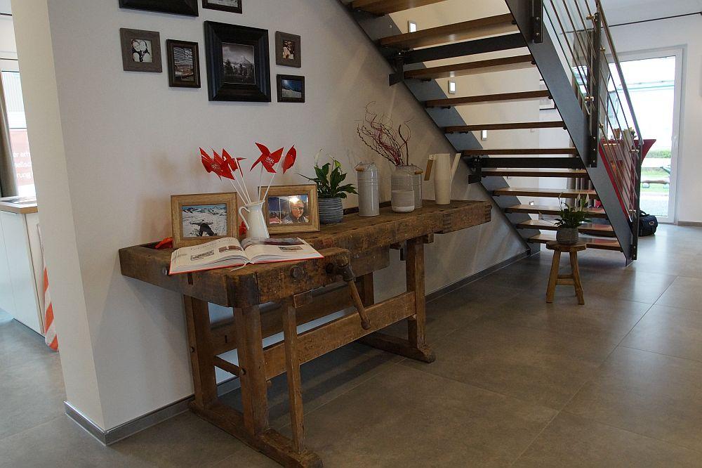 Unter Der Modernen Treppe Wird Raum Mit Einer Antiken Hobelbank Aus Grobem Holz Gut Genutzt