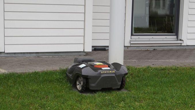 Rasenmäherlärm wird als störend empfunden - die modernen Rasenmäherroboter arbeiten leise, sind aber noch recht teuer. (Foto: Markus Burgdorf)