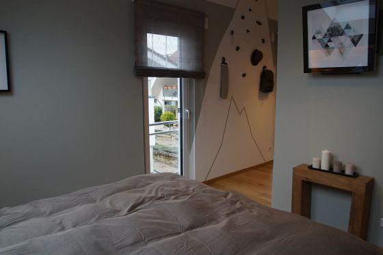 Im an das Schlafzimmer angrenzenden Ankleideraum wurde eine Wand als Kletterwand mit passenden Accessoires gestaltet. (Foto: Markus Burgdorf)