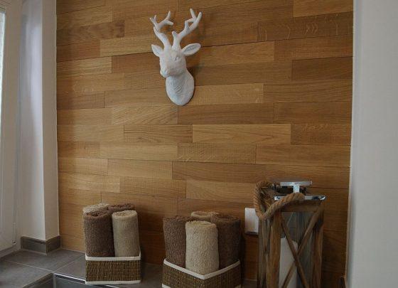 An der vertäfelten Wand des Gäste-Bades wurde ein kleinerer Hirschkopf angebracht. Als Kontrastfarbe in weiß. (Foto: Markus Burgdorf)