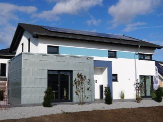 Fertighäuser liegen im Trend: OKAL Haus eröffnete im Oktober ein neues Musterhaus in Werder bei Berlin und zeigt mit diesem Haus Wohnen und Arbeiten unter einem Dach. (Foto: OKAL Haus GmbH/Markus Burgdorf)