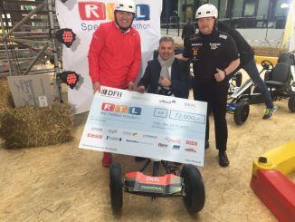 OKAL-Geschäftsführer Wilfried Bolz übergibt im Namen der DFH den Scheck über 72.000 Euro.