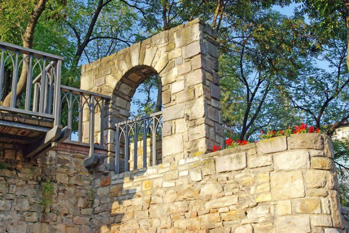 Fenster in einer Gartenmauer  Stile  Infos
