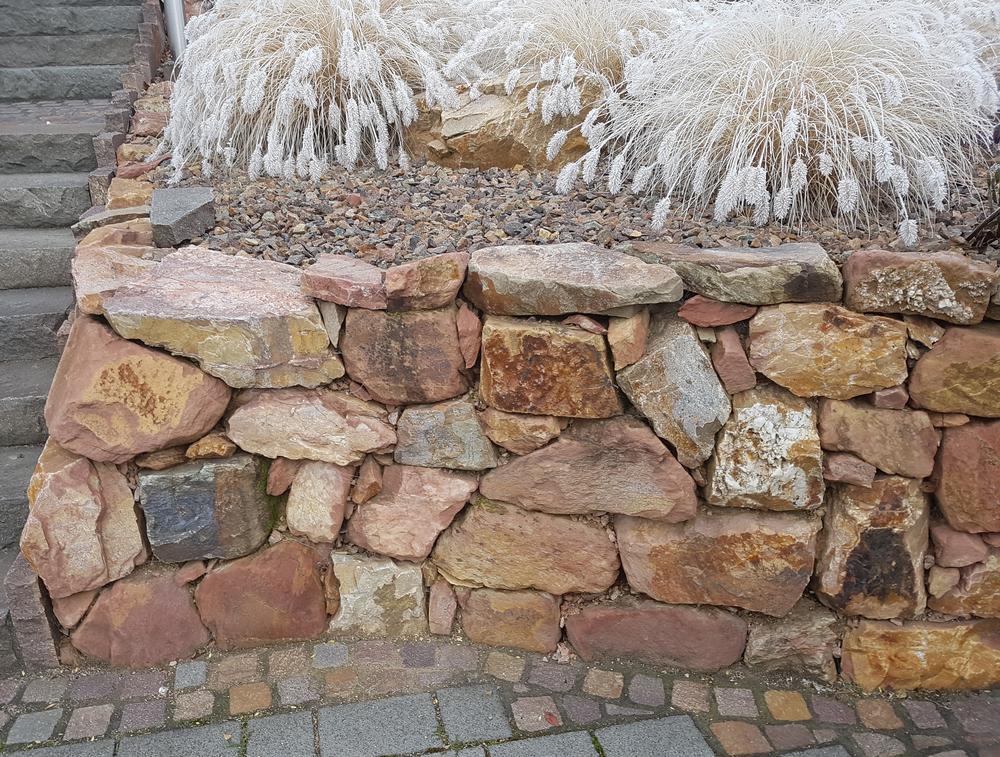 Natursteinmauer am Hang  Darauf ist zu achten