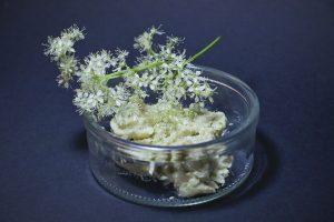 Gehackte Blüten, Butter, Salz und Saemmelbrösel – mehr braucht es nicht!