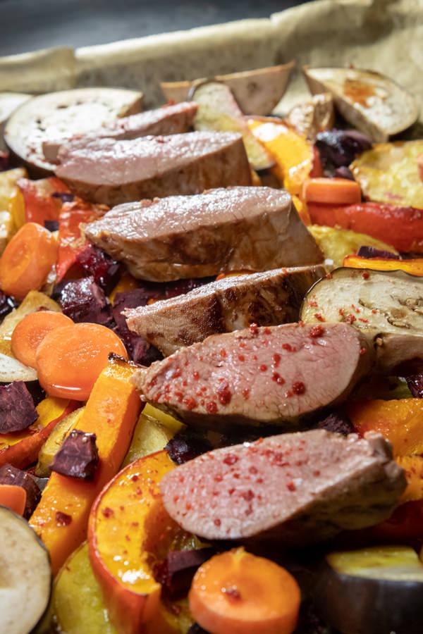 Reh Steak Sous Vide mit saisonalem Ofengemüse