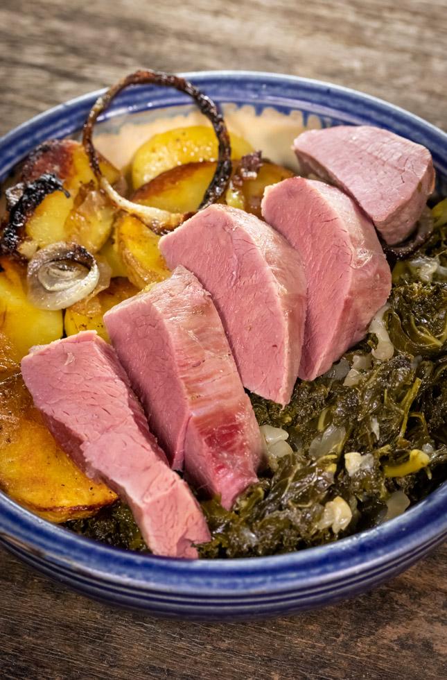 Rehfleisch, gepökelt und mit Grünkohl gekocht