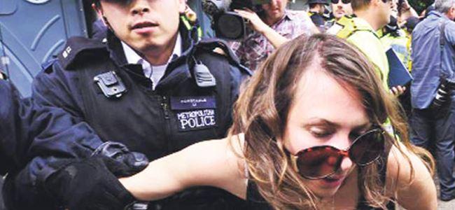 İngiliz hükümeti Guardian'ı bastı