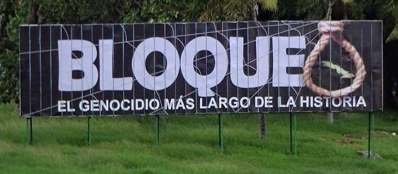 """Plakat mit der Aufschrift """"Blockade der längste Völkermord der Geschichte"""""""