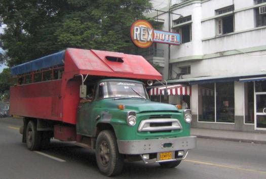 LKW (Camion) vor einem Hotel