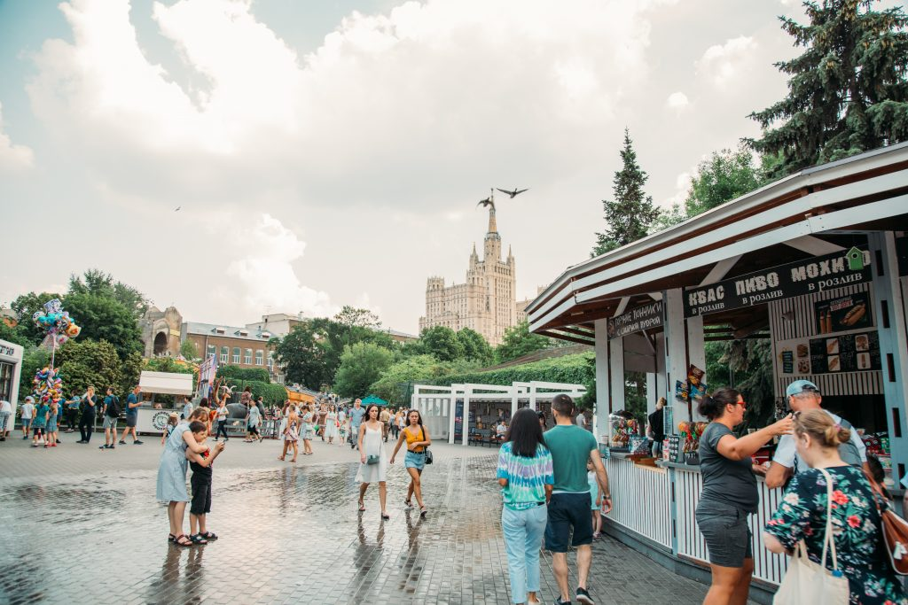 The crowds in the Moscow Zoo during summer