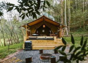 The gumtree lodge with outside bath & woodfire.