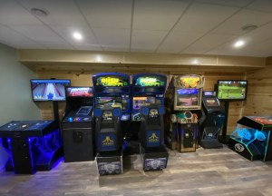 """FIRST CLASS"""" BIG MOMMA""""- 19 Person home with Arcade! Family fun!"""