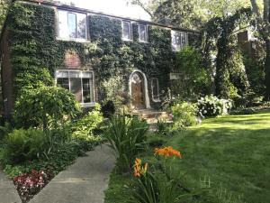 Charming 5-bedroom Royal Oak Home with Gardens - Royal Oak