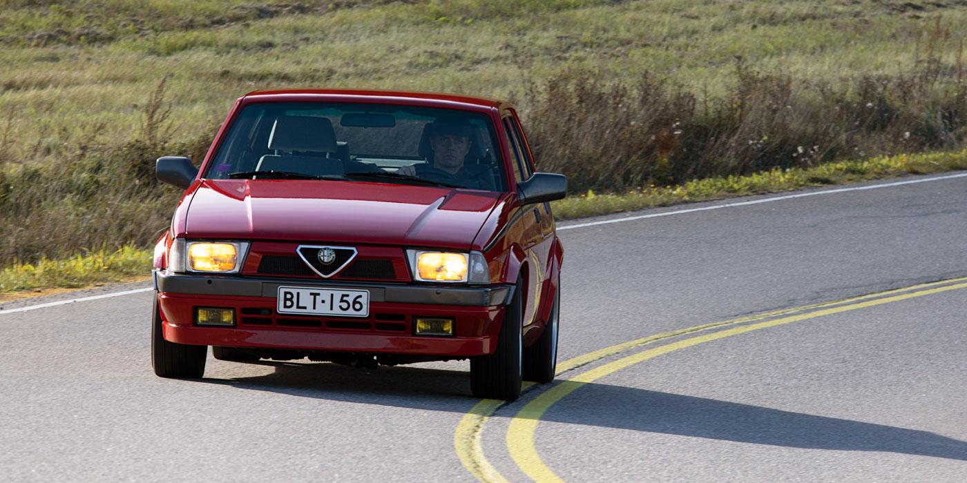 Alfa Romeo 75 mutka-ajossa.