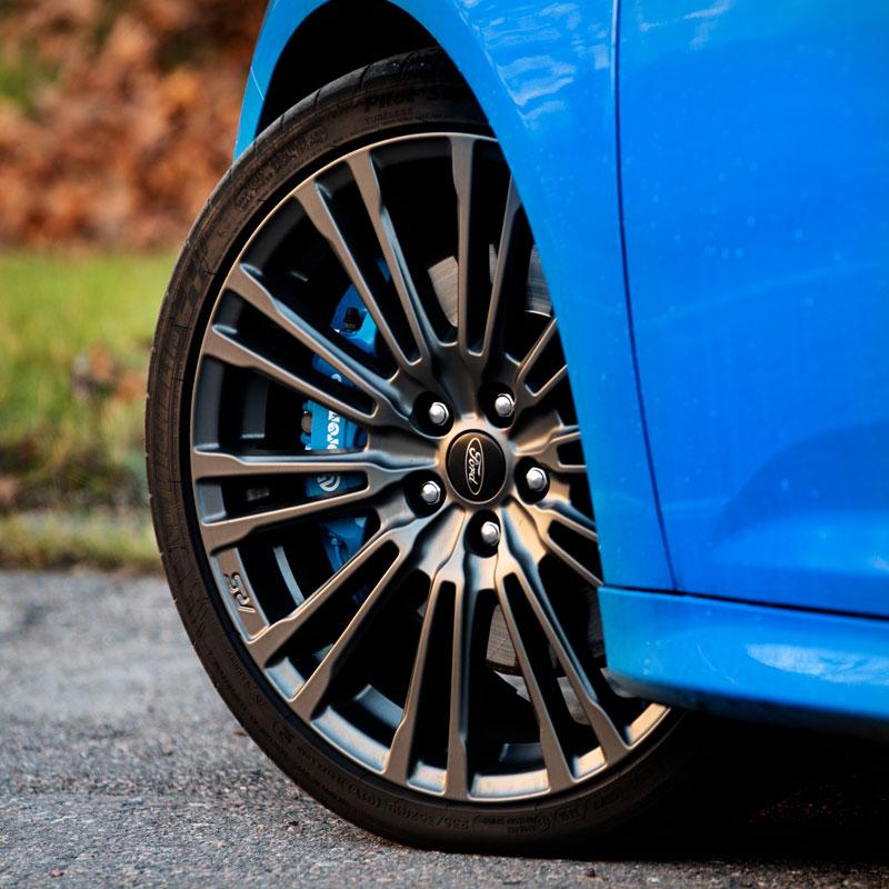 Ford Focus RS oem-alumiinivanne 19-tuumaisena.