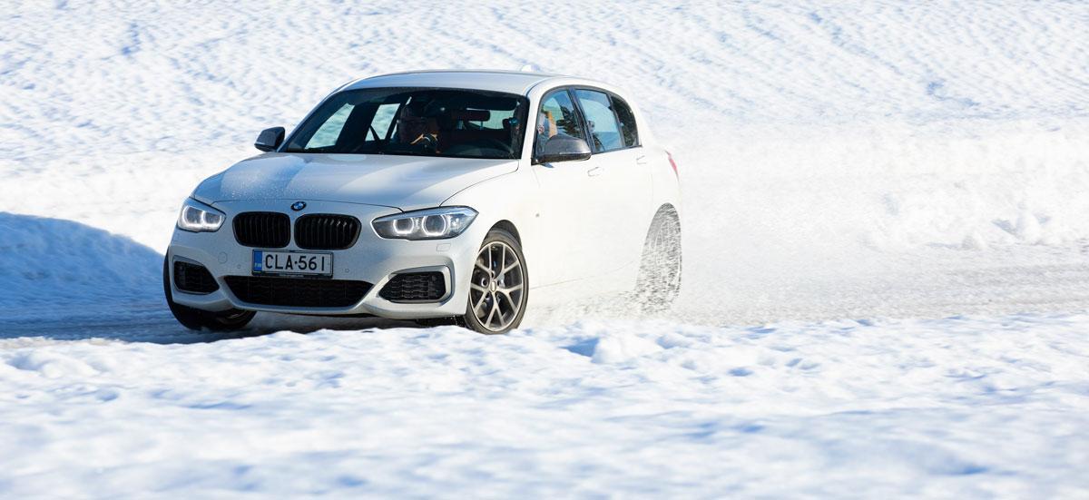 BMW M140i xDrive A pikkuluisussa Premier Parkissa