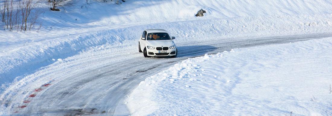 BMW M140i xDrive tulossa ulos s-mutkasta nätissä sivuluisussa.